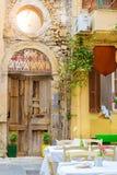 Letrero de la publicidad en la calle turística Rethymno Foto de archivo libre de regalías