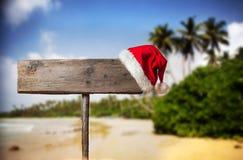Letrero de madera con el sombrero de la Navidad imagenes de archivo
