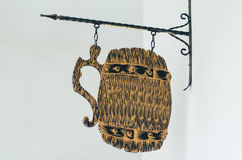 Letrero de madera con la cadena en la forma de las tazas de cerveza fotografía de archivo libre de regalías