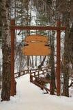 Letrero de madera en el bosque del invierno Fotos de archivo libres de regalías