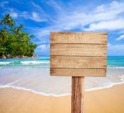 Letrero de madera en la playa tropical Fotos de archivo libres de regalías