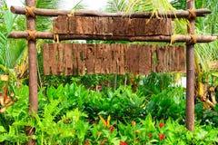 Letrero de madera entre la plantación verde Imágenes de archivo libres de regalías