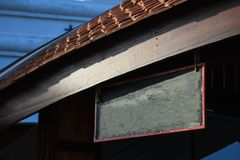 Letrero de madera retro del vintage delantero tradicional vacío de la tienda con el fondo constructivo de madera del espacio en b foto de archivo