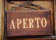 Letrero de madera tallado con decir del texto del oro abierto Imagen de archivo libre de regalías