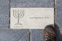 Letrero de Menorah en la piedra del adoquín, Plasencia, España Imagenes de archivo
