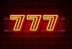 Letrero de neón del casino 777, sevens triples del ganador Foto de archivo