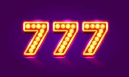 Letrero de neón del casino 777, sevens triples del ganador Fotos de archivo libres de regalías