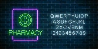 Letrero de neón de la farmacia que brilla intensamente con alfabeto Muestra iluminada de la droguería con el efecto de neón imagenes de archivo