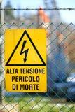 Letrero del alto voltaje del peligro en central eléctrica Imagen de archivo