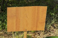 Letrero del espacio en blanco al aire libre con el espacio de la copia para el texto Bandera de madera imagen de archivo libre de regalías