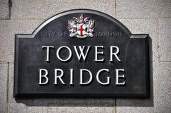 Letrero del puente de la torre en Londres, Inglaterra Imagen de archivo