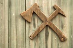 Letrero del taller del carpintero: hacha y martillo Imagenes de archivo