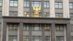 Letrero en el edificio de la Duma Estatal y el emblema de Rusia en la ciudad de Moscú, opinión del primer almacen de metraje de vídeo