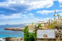 Letrero en la pared de piedra Rethymno, Crete, Grecia imágenes de archivo libres de regalías