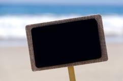 Letrero en la playa arenosa Fotos de archivo