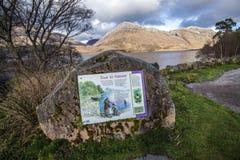 Letrero explicativo en la reserva de naturaleza de Beinn Eighe cerca de Kinlochleven en las montañas de Escocia Fotografía de archivo libre de regalías