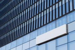 Letrero vacío cuadrado en un edificio con arquitectura moderna Fotografía de archivo libre de regalías