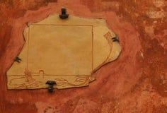 Letrero vacío viejo en la pared roja imágenes de archivo libres de regalías