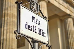 Letrero viejo con DES 18 de Platz del subtítulo Marz escrito en fuente alemana vieja como símbolo de Berlín central Fotos de archivo