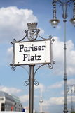 Letrero viejo con el subtítulo Pariser Platz escrito en fuente alemana vieja como símbolo de Berlín central Imagenes de archivo