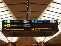 Letreros en el aeropuerto Imágenes de archivo libres de regalías