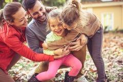 Lets щекоча сестру, родителей имеет игру с детьми стоковые изображения rf