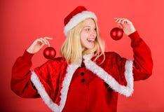 Lets att dekorera julträdet Favorit- tidårsjul Tyck om beröm med dräkten och dekoren Lyckliga kläder för flicka fotografering för bildbyråer