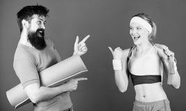 Lets fa questo Successo atletico Forti muscoli ed ente Addestramento sportivo delle coppie con la corda della stuoia e di salto d fotografie stock libere da diritti