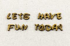Lets haben den glücklichen Spaß heute genießen Briefbeschwererart lizenzfreie stockfotos