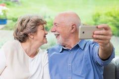 Lets para fazer um selfie - coulpe da pessoa idosa foto de stock