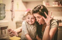 Lets tem um autorretrato engraçado Mãe e filha foto de stock royalty free