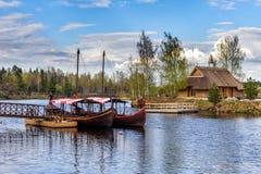 Letse houten varende boten dichtbij kleine pijler bij Liepkalni-stad, Letland Royalty-vrije Stock Foto's