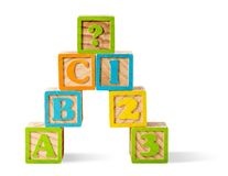 Letter en getal blokken die op witte achtergrond worden gestapeld Stock Fotografie