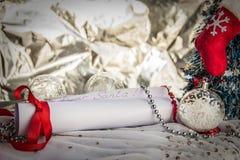 Lettera allo spazio della copia di Santa Claus With Christmas Background And fotografie stock libere da diritti