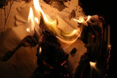 Lettera bruciante, fuoco, documenti brucianti fotografie stock libere da diritti