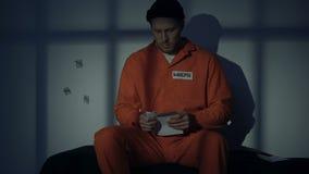 Lettera caucasica di scrittura del prigioniero maschio, famiglia mancante, petizione componente di pietà stock footage