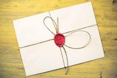 Lettera con la guarnizione sulla tavola Fotografia Stock