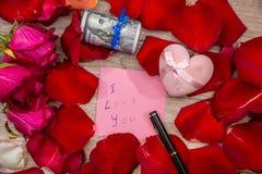Lettera con ti amo la nota, la rosa rossa e la penna Immagini Stock