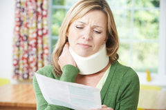 Lettera della lettura della donna dopo la ricezione della lesione del collo fotografia stock