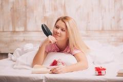 Lettera di amore di scrittura della donna con la penna della piuma Immagini Stock