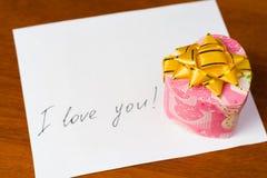 Lettera di amore e contenitore di regalo del biglietto di S. Valentino Fotografia Stock