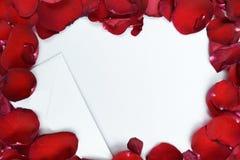 Lettera di amore e modello rosso dei petali fotografie stock