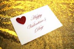 Lettera di giorno del ` s del biglietto di S. Valentino in busta con cuore rosso su Gol frizzante Fotografie Stock
