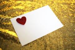 Lettera di giorno del ` s del biglietto di S. Valentino in busta con cuore rosso su Gol frizzante Fotografie Stock Libere da Diritti