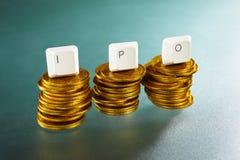 Lettera di IPO sulla pila delle monete di oro Fotografia Stock Libera da Diritti