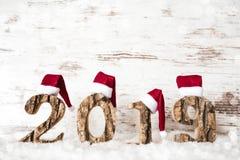 Lettera di legno che costruisce 2019, Santa Claus Hat rossa, neve fotografia stock libera da diritti