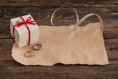 Lettera e scatola sulla tavola di legno per il giorno di biglietti di S. Valentino Fotografia Stock Libera da Diritti