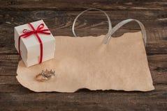 Lettera e scatola sulla tavola di legno per il giorno di biglietti di S. Valentino Fotografie Stock Libere da Diritti