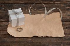 Lettera e scatola sulla tavola di legno per il giorno di biglietti di S. Valentino Immagini Stock Libere da Diritti