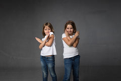 Lettera x gestured con le mani attraversate fotografia stock